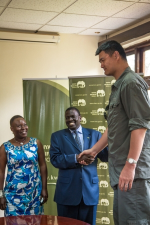 Yao Ming Meets Julius Kipng'etich, Director of Kenya Wildlife Service